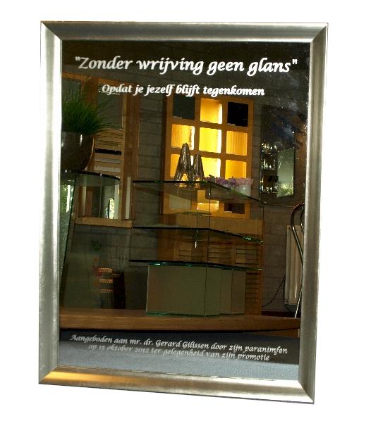 klassieke spiegel met zilverkleurige houten lijst